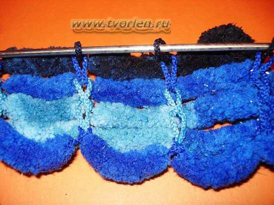 вяжем шарф из пряжи с помпонами (5)