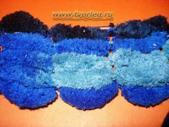 вяжем шарф из пряжи с помпонами (6)