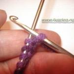 Набор петель на спицы с помощью крючка.