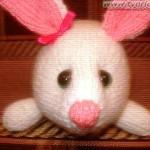 Белый кролик — простая игрушка спицами