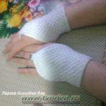 Белые маленькие митенки спицами. Описание вязания от Ларисы Киселёвой