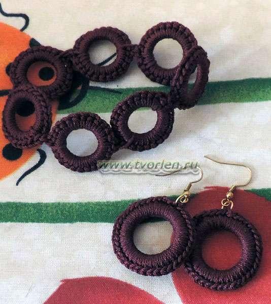 вязаный браслет и серьги на кольцах
