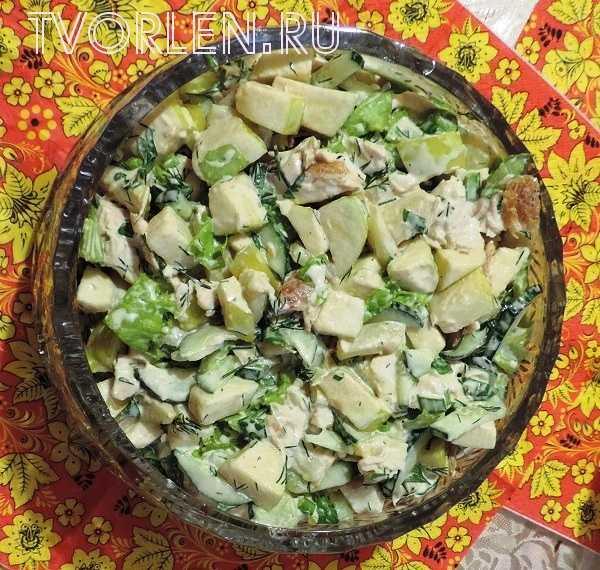 салат с курицей, ананасами и яблоком (2)