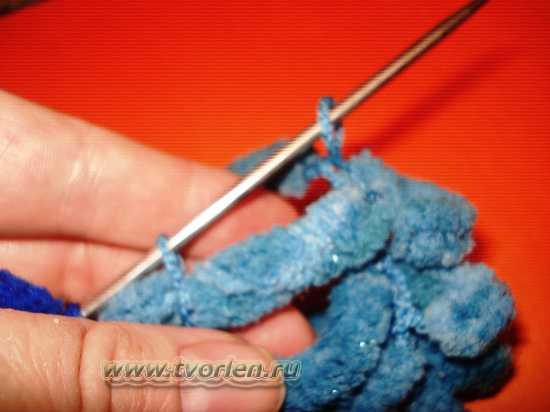 вяжем шарф из пряжи с помпонами (12)