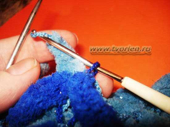 вяжем шарф из пряжи с помпонами (14)
