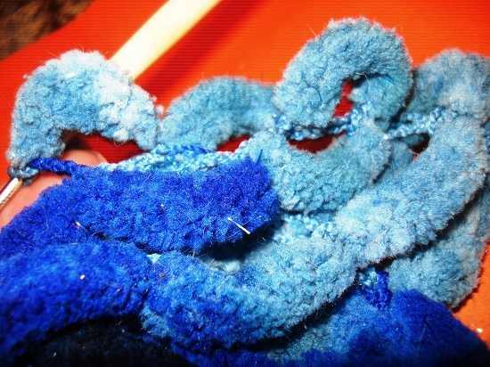 вяжем шарф из пряжи с помпонами (16)