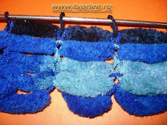 вяжем шарф из пряжи с помпонами (4)