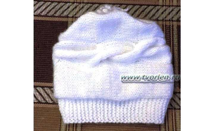 Белая женская шапочка спицами с описанием