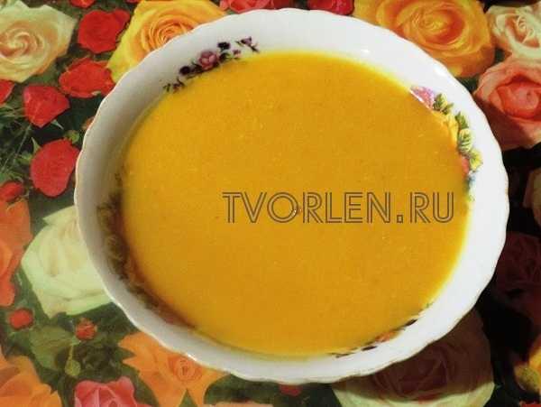 тыквенный суп-пюре на курином бульоне в тарелке