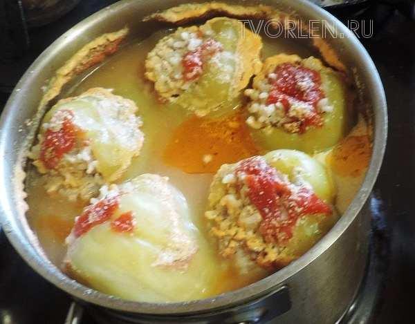 фаршированный перец с мясом и рисом в кастрюле