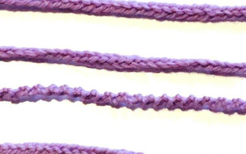 шнур на двух петлях спицами