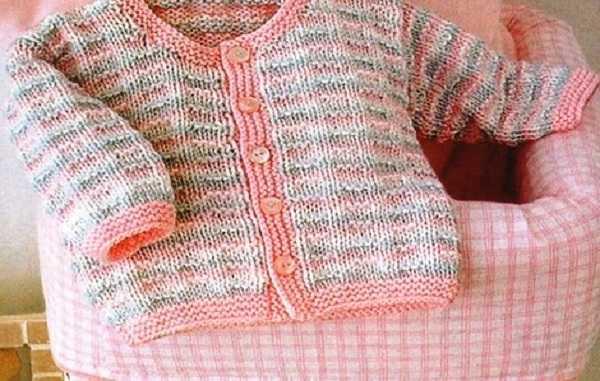 детская кофточка простым разноцветным узором спицами